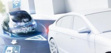 Die Vernetzung des Automobils Das Fahrzeug der Zukunft wird permanent mit dem Internet, seiner Umgebung und anderen Fahrzeugen verbunden sein.