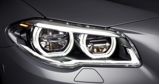 Die Front des BMW 5er prägt Lichtexperte HELLA mit optionalen adaptiven LED-Scheinwerfern im charakteristischen BMW Design. Sie verfügen über adaptives Kurvenlicht mit variabler Stadt- und Autobahnlichtverteilung sowie einen blendfreien Fernlichtassistenten.