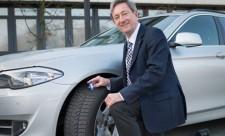 Dr. Walter Eichendorf, DVR-Präsident, prüft die Profiltiefe der Reifen seines Dienstwagens.