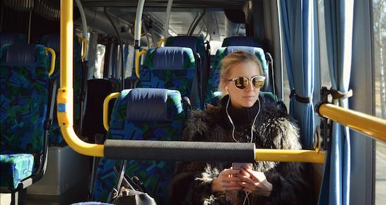 bus-frau-kopfhörer-tuev süd-reise