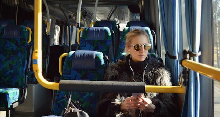 bus-frau-kopfhörer-tuev-süd-reise.png