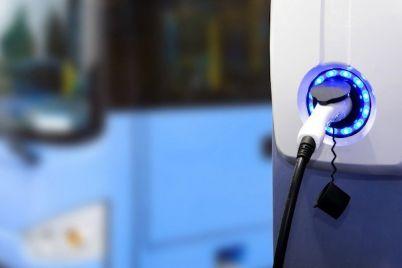 continental-elektrobus-federung-feder-ladesaule.jpg
