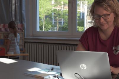 hella-frau-laptop-kind-mutter-frauenförderung.png